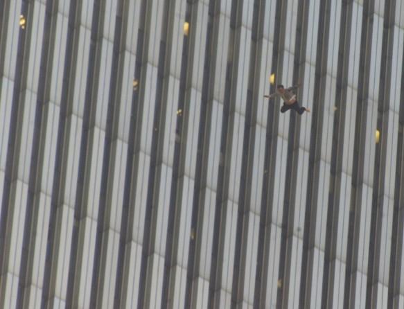 Мужчина прыгает с верхних этажей Северной башни Всем торг центра
