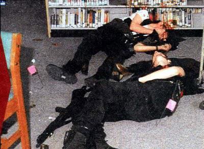 Когда бомбы в столовой не взорвались, вооруженные Харрис и Клиболд направились в сторону здания, расстреливая учеников на своем пути. Зачистив столовую и библиотеку, меньше, чем через час после начала стрельбы, Харрис и Клиболд покончили с собой - каждый из них выстрелил себе в голову.
