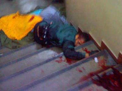 Затем стрельба переместилась в коридор и соседний класс. После чего, получив несколько ранений в перестрелке с полицией, мужчина покончил с собой. Всего было убито 12 человек, 10 из которых - девушки. Еще 12 были ранены. На фото - застрелившийся Оливейра
